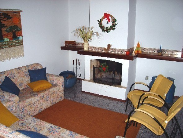 Colocar-cadeiras-em-uma-sala-com-lareira-011