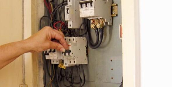 Desligue a rede elétrica antes de realizar a instalação e montagem do novo soquete de luz.