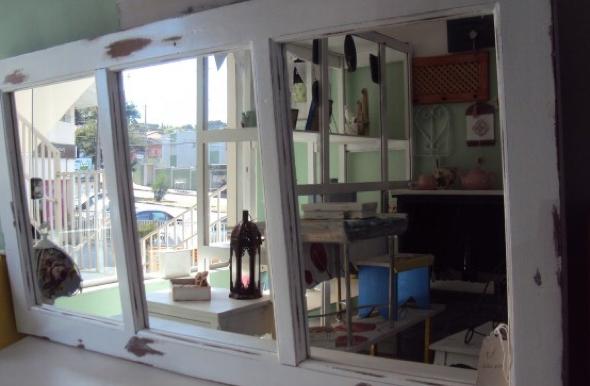 11-Janelas com espelhos e retratos na decoração