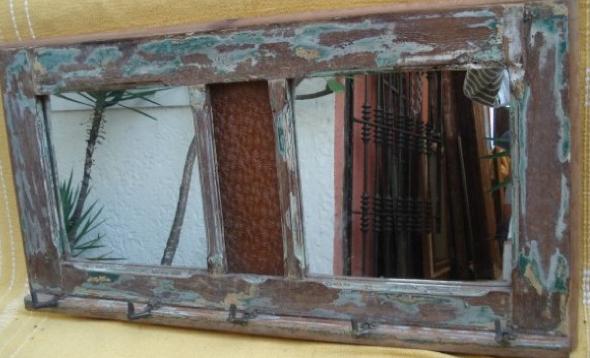 4-Janelas com espelhos e retratos na decoração