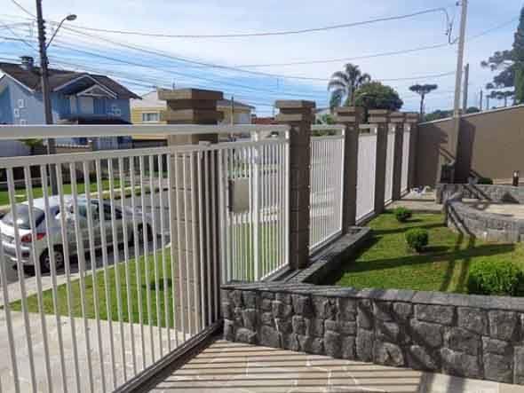 Frente-de-casas-com-grades-de-ferro-014