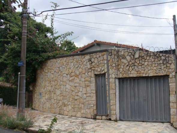 Frente-de-casas-com-muros-de-pedras-003