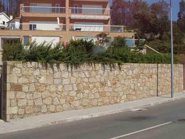Frente-de-casas-com-muros-de-pedras-014