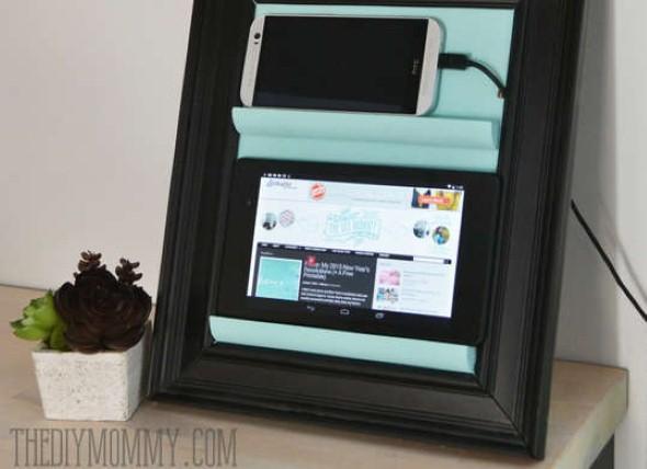 Smartphone em posição de destaque na mesinha da sala.