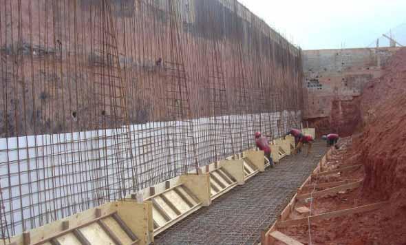 Construção do muro de arrimo.