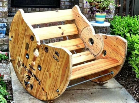 Bancos e mesas rústicas feitas de carretel de madeira 008