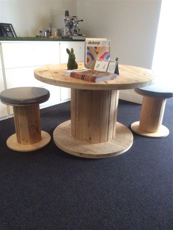 Bancos e mesas rústicas feitas de carretel de madeira 012