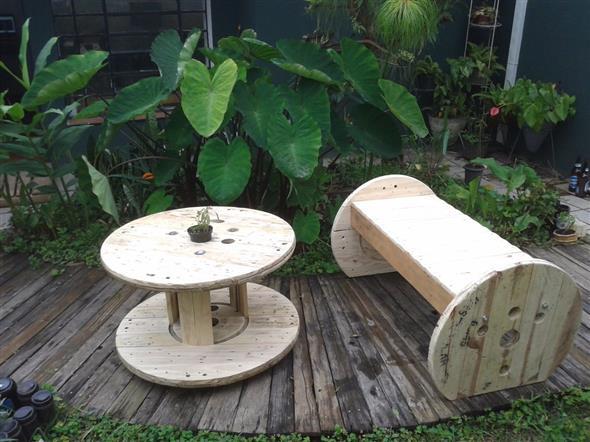 Bancos e mesas rústicas feitas de carretel de madeira 014