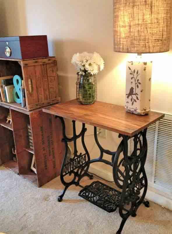Mesa de máquina de costura antiga na decoração 007