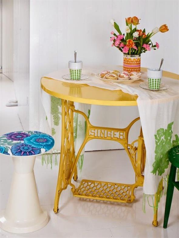 Mesa de máquina de costura antiga na decoração 010
