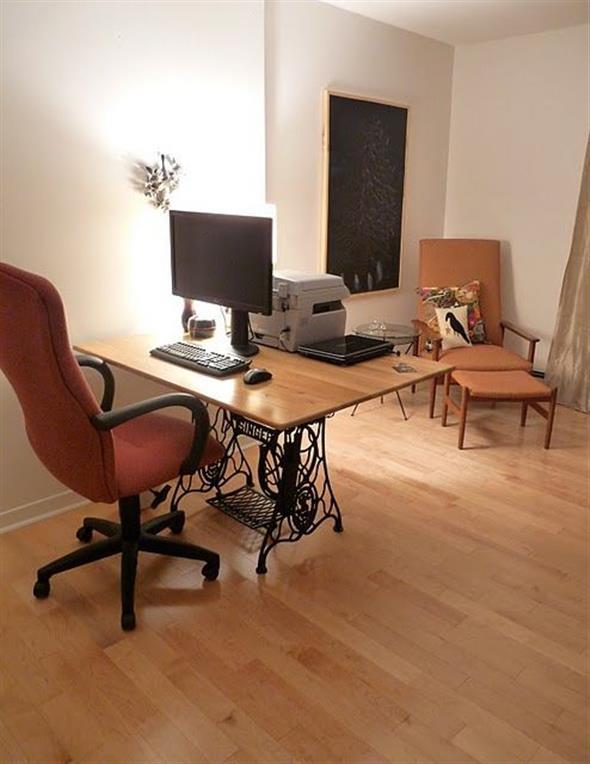 Mesa de máquina de costura antiga na decoração 011