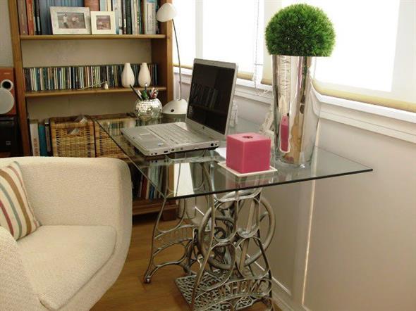 Mesa de máquina de costura antiga na decoração 013