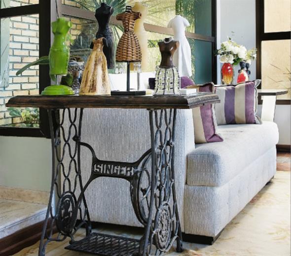 Mesa de máquina de costura antiga na decoração 018