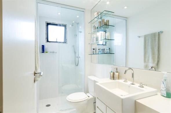 Prateleiras e nichos para deixar seu banheiro mais organizado -> Nicho Embaixo Da Janela Banheiro