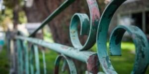 Aprenda como remover a pintura gasta e sem vida das grades de ferro.