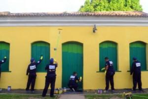 Pintura na área externa exige tintas apropriadas, para dar mais proteção as portas e janelas da casa.