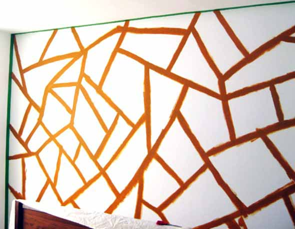 A fita adesiva ajuda a demarcar o local da pintura nas paredes.