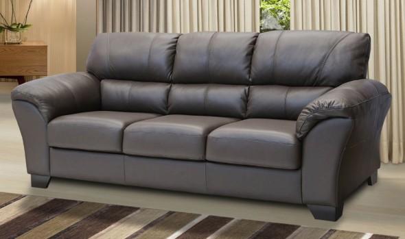 Sofá fabricado em couríssimo, uma variedade de couro sintético muito usado na decoração.