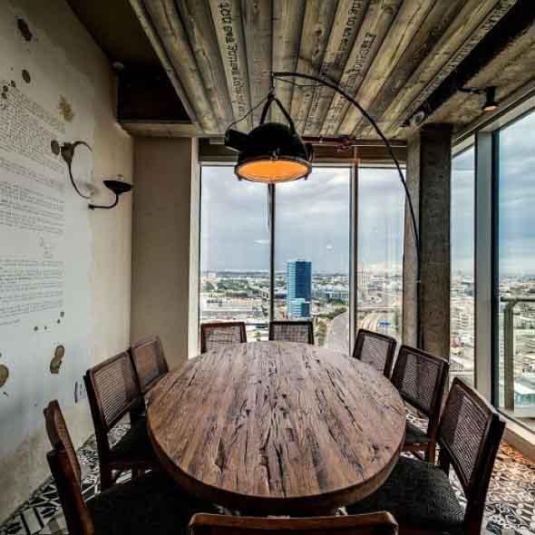 mesa-rustica-com-cadeiras-modernas-009