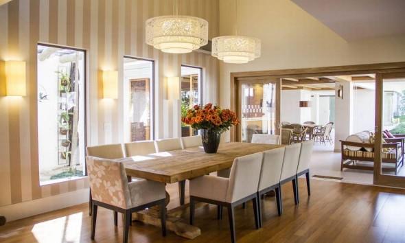 Mesa r stica com cadeiras modernas for Casa rustica classica