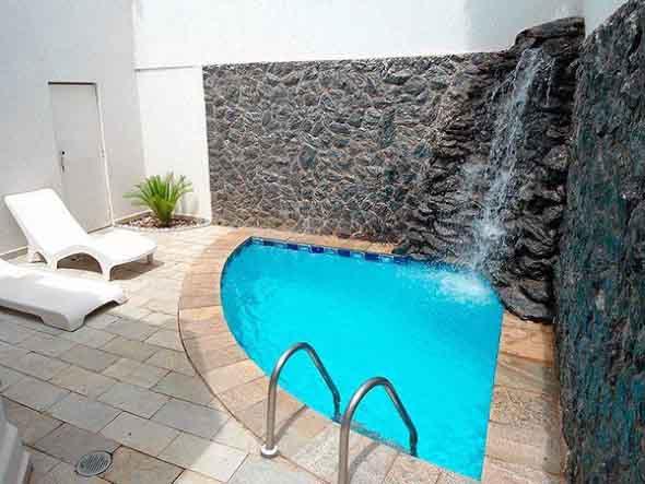 Projeto piscina para quintal pequeno Fotos piscinas para espacios pequenos