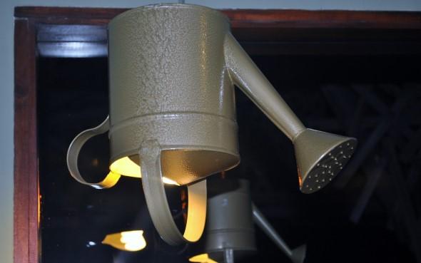 Regadores antigos podem ser transformados em outros objetos, como uma prática luminária!!