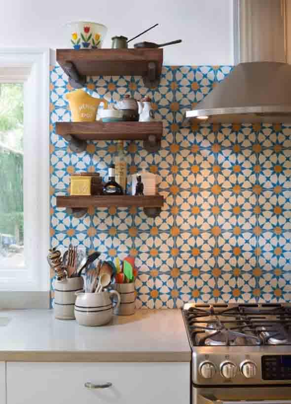 Prateleiras na decoração da cozinha 016