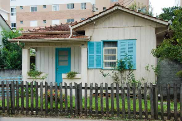 Casas com cercas de madeira 003