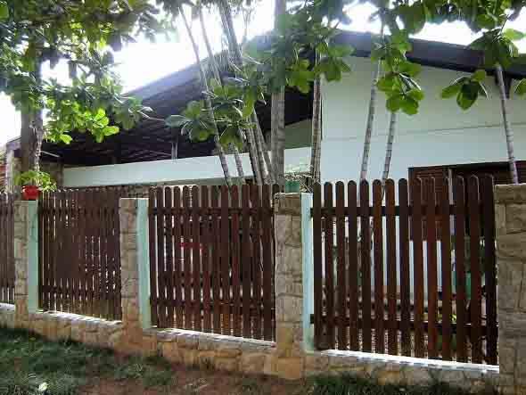 Casas com cercas de madeira 020