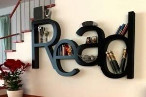 Prateleiras e estantes com formato de letras 007