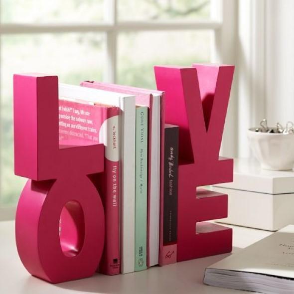 Prateleiras e estantes com formato de letras 008