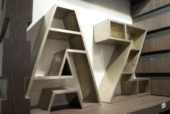 Prateleiras e estantes com formato de letras 011
