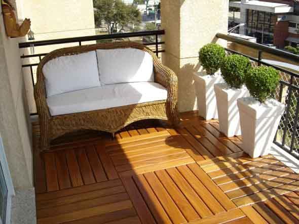 Decks de madeira na varanda 001