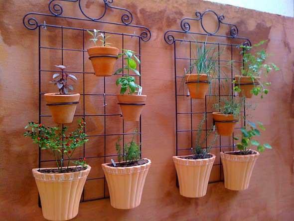 Jardim vertical com treliças pela casa 013