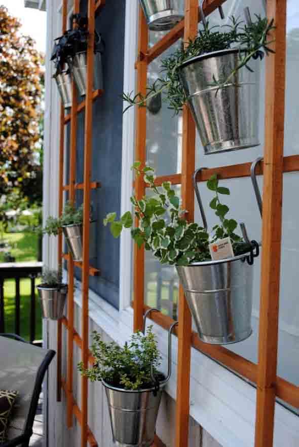 Jardim vertical com treliças pela casa 016