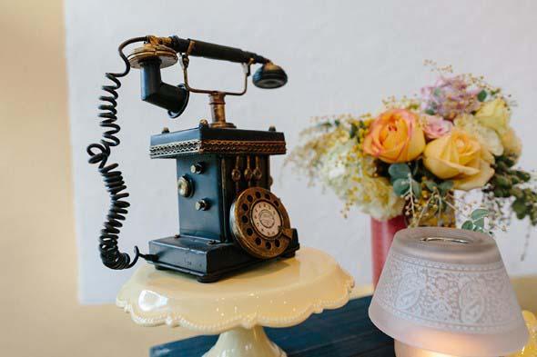 Decoração charmosa com telefones antigos 014