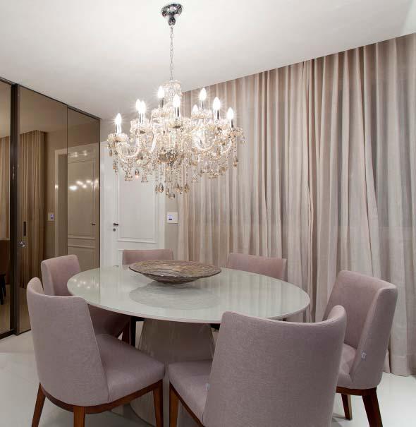 Mesas redondas na sala de jantar 008