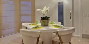 Mesas redondas na sala de jantar 013