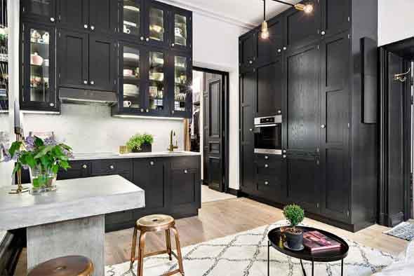 Cozinhas com armários pretos 002