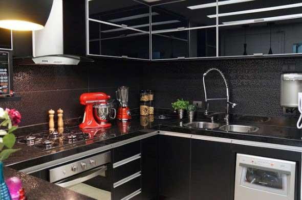 Cozinhas com armários pretos 005
