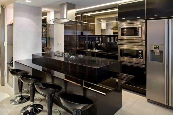 Cozinhas com armários pretos 010