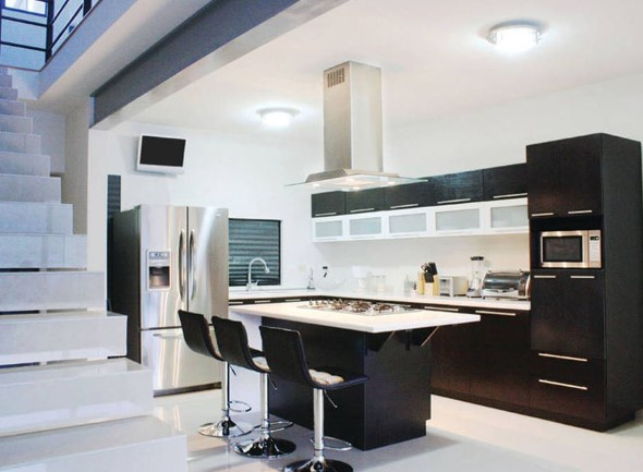 Cozinhas com armários pretos 011
