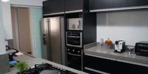Cozinhas com armários pretos 013