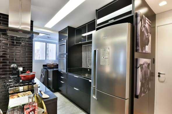 Cozinhas com armários pretos 014