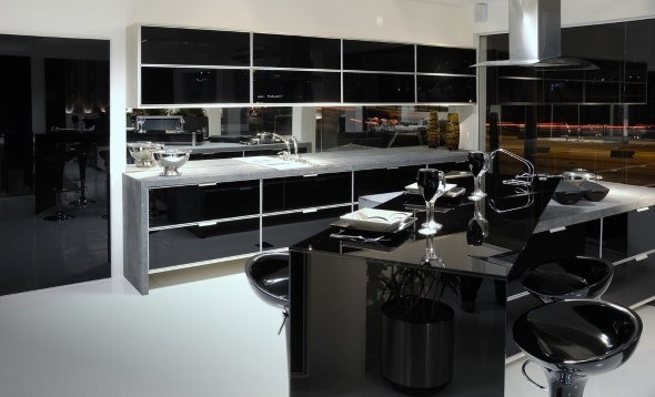 Cozinhas com armários pretos 019