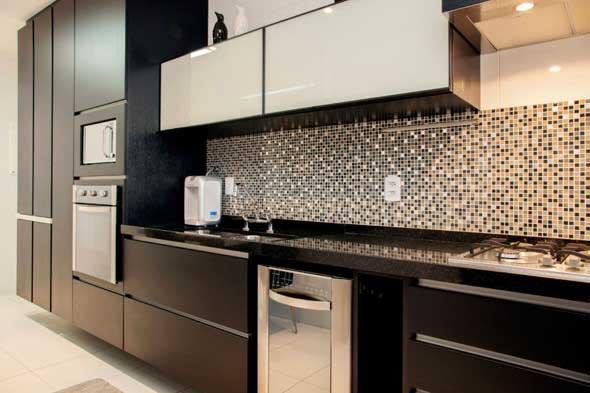 Cozinhas com armários pretos 021