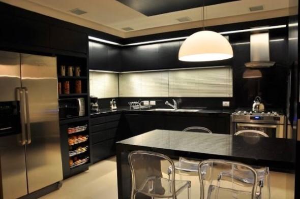 Cozinhas com armários pretos 022
