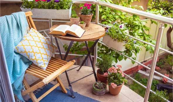 Vasos de flores na varanda 008