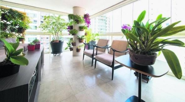 Vasos de flores na varanda 015