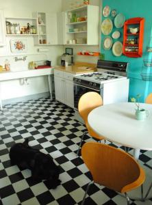 Piso preto e branco em cozinhas 008